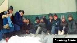 Теміртаудағы токсикоман балалар жылу құбырының қасында отыр. Фото Теміртаудағы шіркеу қызметкерлерінен алынды.