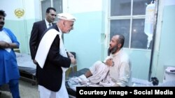 رئیس جمهور غنی حین عیادت از یک مریض در یکی از شفاخانه های کابل.