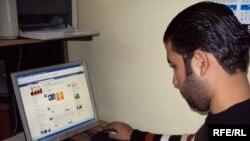 شاب عراقي يتصفح موقع لأحد الكيانات السياسية