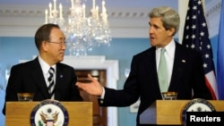 Генеральный секретарь ООН Пан Ги Мун (слева) и государственный секретарь США Джон Керри (справа). Вашингтон, 14 февраля 2013 года.