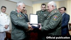Armenia - The chief of the Armenian army's General Staff, General Yuri Khachaturov (R), and his Greek counterpart, General Mikhail Kostarakos, meet in Yerevan, 25Sep2013.