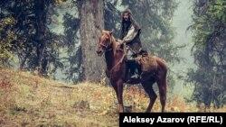Главный герой фильма «Жат» – Ильяс, ушедший жить в горы отшельником. Кадр из фильма.