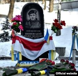 Монумент Герою Небесної сотні, білорусу Михайлу Жизневському в Києві неподалік місця загибелі