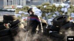 Баррикада құрып жүрген шеруші. Киев, 27 қаңтар 2014 жыл.