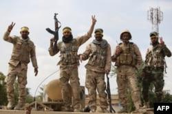 گزارشهایی از ادامه درگیریها میان نیروهای «حکومت اسلامی» و شبهنظامیان شیعه (در تصویر) در تکریت منتشر شده است.