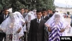 Яке аз маъракаҳои муштараки арӯсии навҷавонон дар соли 2005.