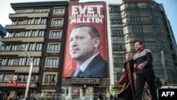 Агітаційний плакат із зображенням президента Туреччини Реджепа Таїпа Ердогана перед запланованим на квітень конституційним референдумом, Стамбул, 10 березня 2017 року