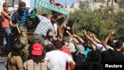 Aleppo, stanovnici kupuju hranu od preprodavača, avgust 2016.