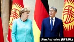 Алмазбек Атамбаев Германиянын канцлери Ангела Меркел менен.