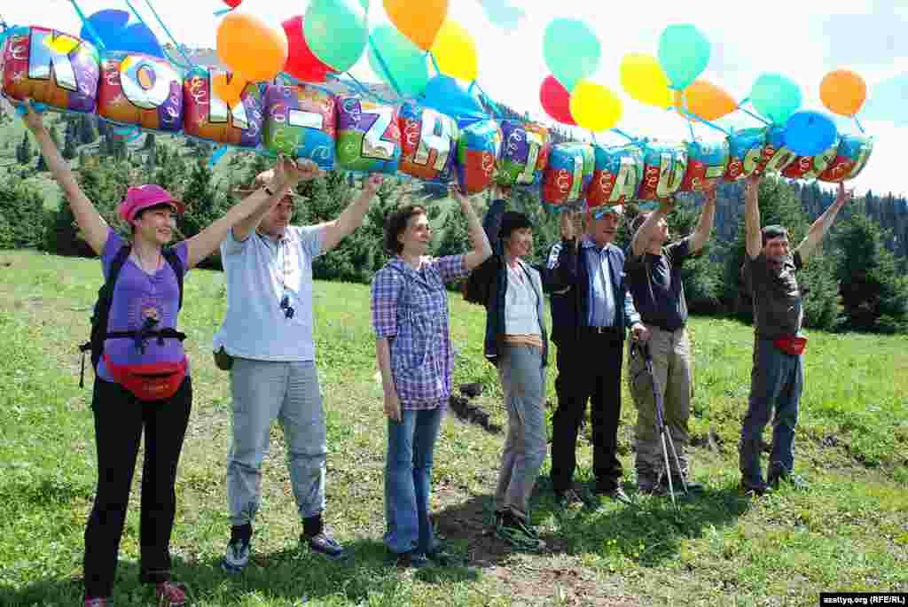 Растяжку с надписью «Kok-Zhailau-SOS» хотели запустить в небо. Ноподъемный силы наполненных гелием воздушных шариков не хватило.Поэтому решили раздать оставшиеся шарики присутствующим, а растяжкуразместить где-нибудь в людном месте. Народпосле акции спускался пешком, некоторые участники акции попали в грозу, и спуск по размытой ливнем тропе был близок кэкстремальному.