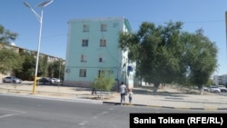 Вид дома № 37 с центральной улицы города Жанаозена. Магистауская область, 29 августа 2015 года.