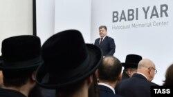 Ukrainanyň prezidenti Petro Poroşenko Babi Ýar gyrgynçylygynyň matam çäresinde çykyş edýär, Kiýew, 29-njy sentýabr, 2016