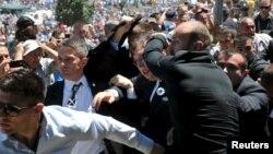 Телохранители пытаются защитить премьер-министра Сербии от ярости боснийских мусульман. Сребреницаб 11 июля 2015 года