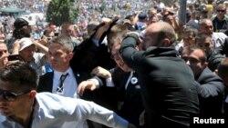Truprojat e e mbrojnë Vuçiqin nga sulmi në Srebrenicë