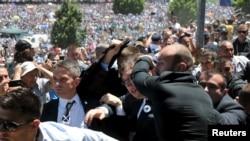 Napad na premijera Srbije u Potočarima 11. jula 2016.