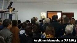 """Люди, пришедшие на процесс по рассмотрению апелляции газеты """"Жас Алаш"""". Алматы, 4 марта 2016 года."""