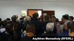У зала суда по апелляции газеты «Жас Алаш» на решение по иску руководителя центра тибетской медицины «Жас-Ай» Жасана Зекейулы. Алматы, 4 марта 2016 года.