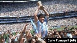 مارادونا در مسابقه نهایی فوتبال جام جهانی در استادیوم مکسیکو سیتی.