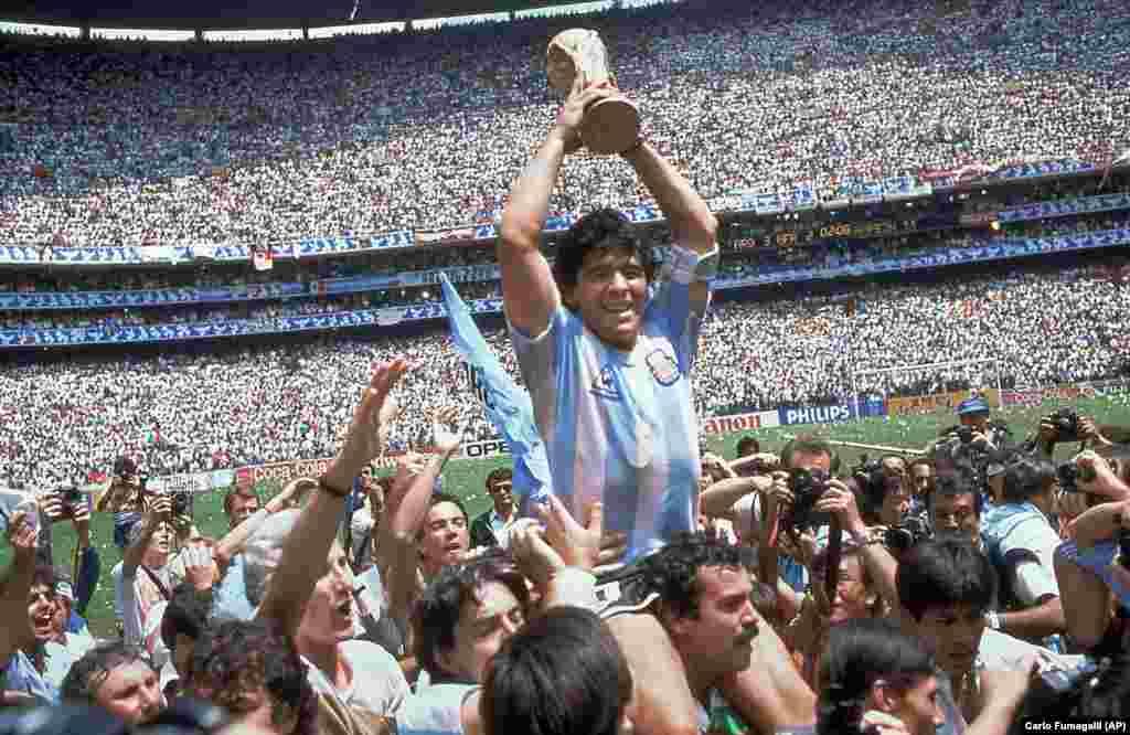 Дүйнө кубогун көтөрүп турган Диего Марадона. 1986-жылы Мексикада өткөн дүйнө чемпионатынын финалында Аргентина курама командасы Батыш Германия курама командасын 3:2 эсеби менен утуп, дүйнө чемпиону болгон.