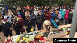 Орал тұрғындары Ресей консулдығы алдына гүл қойып жатыр. Орал, 4 қараша 2015 жыл.