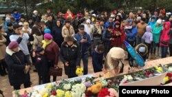Жители Уральска возлагают цветы у здания консульства России. Уральск, 4 ноября 2015 года.