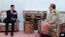 Президент Сирии Башар Асад и вновь назначенный министр обороны Дауд Раджха менее чем за год до гибели последнего. Август 2011 года.