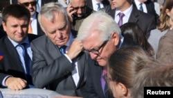 Франк-Вальтер Штайнмайер и министр иностранных дел Франции Ukraine Жан-Марк Эйро во время поездки в Славянск в Донецкой области