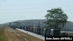 Kamioni sa smećem pred ulazom u odlagalište