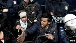 Policija i izbjeglice u Idomeniju, 11. april 2016.