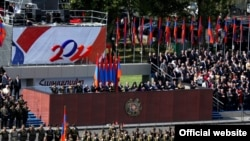Президент Армении и другие высокопоставленные официальные лица наблюдают за военным парадом по случаю 20-летия независимости, 21 сентября 2011 г.