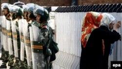 Шыңжаңда 2009 жылы болған қақтығыс кезіндегі әскер мен тұрғындар. Қытай, 9 шілде 2009 жыл. (Көрнекі сурет)