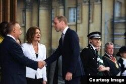 Леонид Блаватник приветствует принца Уильяма на открытии нового здания школы в Оксфорде