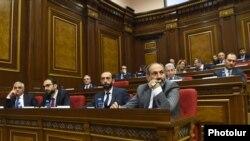 Премьер-министр Никол Пашинян и члены его кабинета в Национальном собрании Армении (архив)