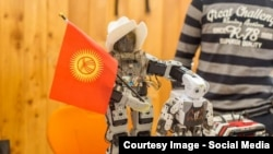 """""""Себат"""" билим берүү мекемесинин окуучулары жасаган робот."""