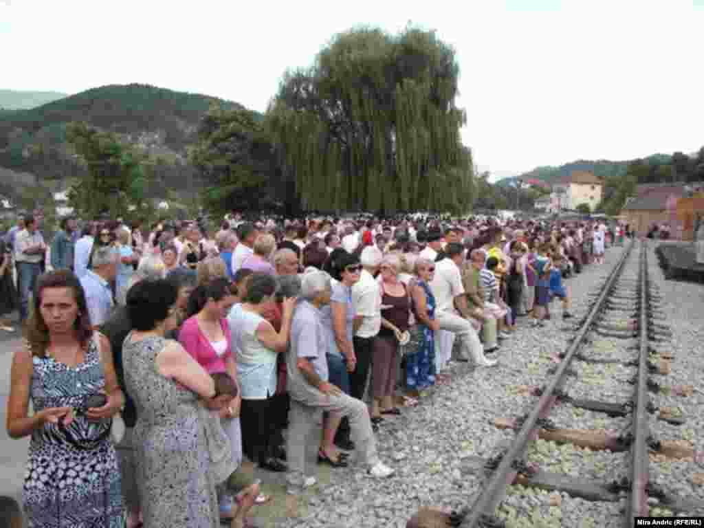 "Građani u iščekivanju dolaska prvog ""Ćire"" iz Mokre Gore u Višegrad, 28. avgust 2010."