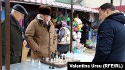 Jucători de şah la piaţa din Cimișlia