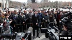 Пресс-конференция пресс-секретаря партии «Наследие» Овсепа Хуршудяна на площади Свободы в Ереване, 20 марта 2013 г.