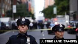 Полиция Нью-Йорка в оцеплении перед зданием CNN, где было найдено одно из взрывных устройств