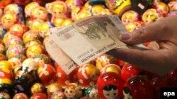 Батыштын санкциялары орус экономикасына зыян келтирерин Кремл өзү да моюнга алууда. Орусия рубли. 2013-жыл.