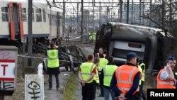 Рятувальники і поліція поруч із поїздом, що зазнав аварії неподалік Левена, Бельгія, 18 лютого 2017 року