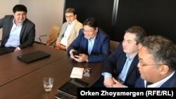 Группа активистов из Казахстана на встрече с бывшим премьер-министром Акежаном Кажегельдиным. Брюссель, 8 апреля 2018 года.