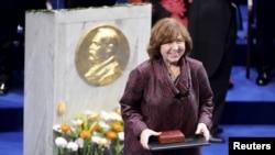Лауреат Нобелівської премії з літератури Світлана Алексієвич під час церемонії нагородження, 10 грудня 2015 року