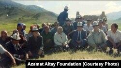 Азамат Алтай Тоңдогу Бөкөнбаев айылында жердештери менен. 1995-жылдын августу.