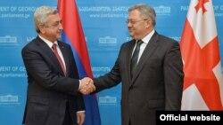 Президент Армении Серж Саргсян (следва) и председатель парламента Грузии Давид Усупашвили, Тбилиси, 30 октября 2015 г.