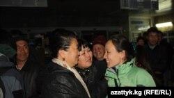 """Жапониядан кайтып келген кыргызстандыктарды жакындарды тосуп алууда. Бишкек, """"Манас"""" аба майданы, 18-март."""