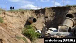 Большую трубу раней выкарыстоўвалі, яксьцьвярджаюць мясцовыя жыхары, пад каналізацыйныя патрэбы. Яна была заглушаная. Меншая— ліўневы водаадвод