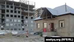 Частный дом рядом со строящимся административно-деловым центром. Шымкент, 11 августа 2014 года.