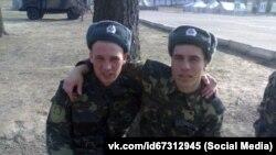 Редван Сулейманов (справа) під час служби в армії, 2011 рік