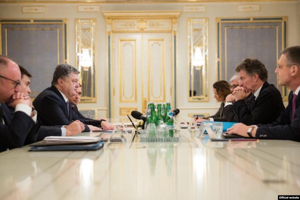 Порошенко поговорив про Донбас зпосланцями ФРН таФранції