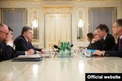 Президент України Петро Порошенко під час зустрічі з посланцями канцлера Німеччини і президента Франції Крістофером Гойсґеном і Жаком Одібером. Київ, 19 січня 2016 року